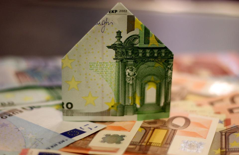 Des billets formant une maison