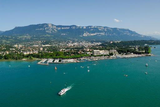 Vue de haut de la ville de Aix les Bains