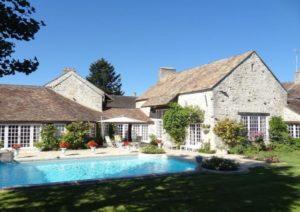 résidence avec piscine et un ciel bleu